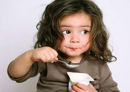 Nên cho trẻ ăn sữa chua khi đi ngoài