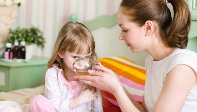 Bổ sung nước cho trẻ bị nhiễm virus rota
