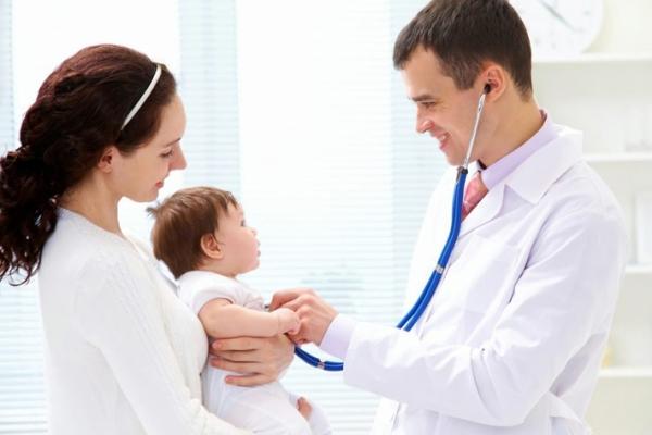 đưa trẻ đến bác sĩ để xử lý kịp thời