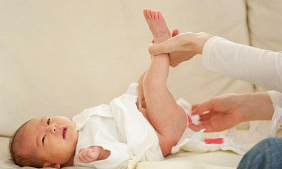 trẻ sơ sinh đi ngoài ra máu nhầy không hiếm gặp