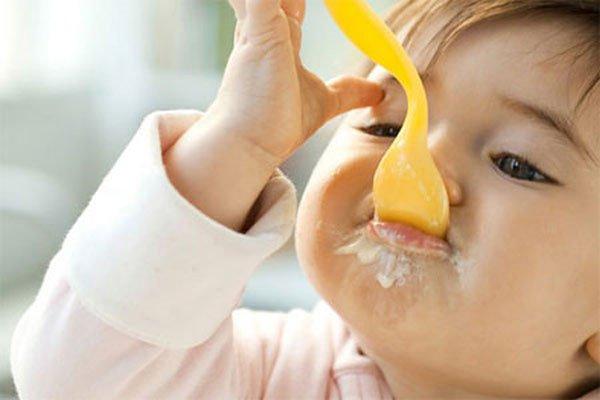 trẻ ăn sữa chua