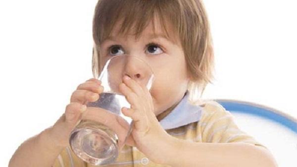 trẻ uống nước ấm