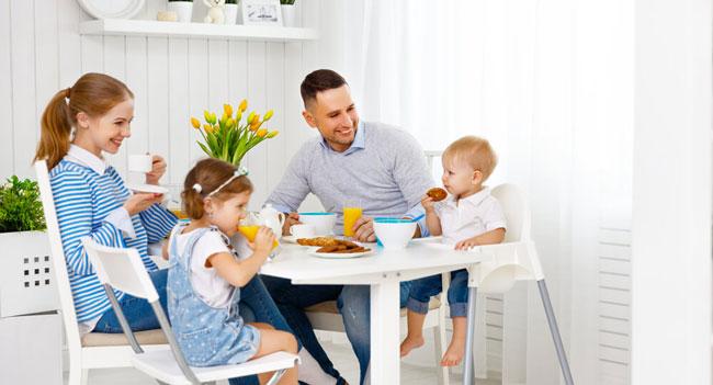 trẻ ăn cùng gia đình