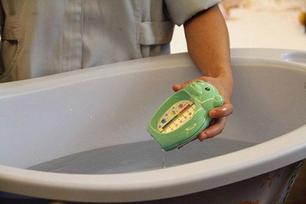 tắm nước ấm cho trẻ