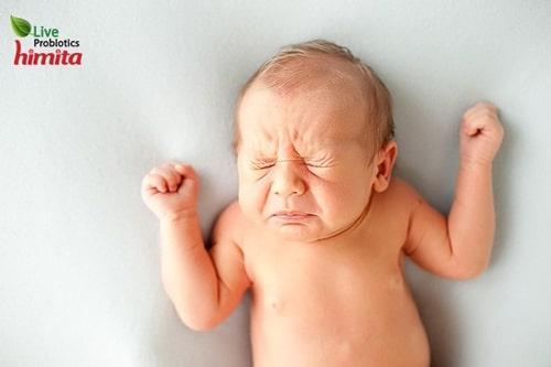 trẻ sơ sinh hay xì hơi