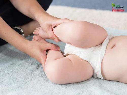 massage bụng cho bé dễ đi cầu
