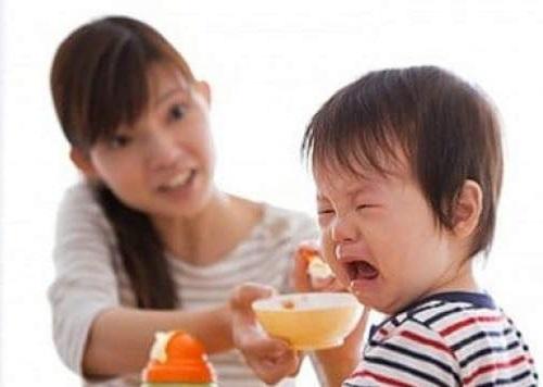 tập cho bé ăn cơm nát như thế nào