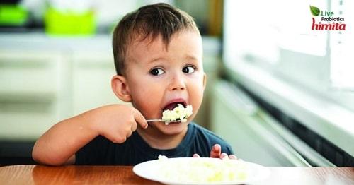 tập cho bé ăn cơm